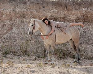 Nainen hevosen selässä