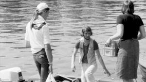 Midsommarfirare anländer till Rosala, 1976