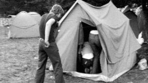Ungdomar vid tält, 1976