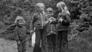 Barn samlar tomflaskor, 1976