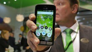 Svenska Doro har utvecklat en smarttelefon med äldre personer. (24.2.2016)