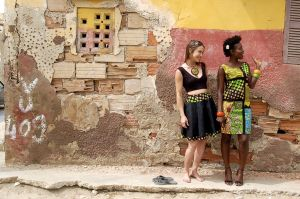 Senegalilaisen muotisuunnittelijan Rama Diaw'n kevätmalliston kuvauksissa kaksi mallityttöä muurin edustalla.