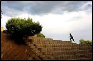Poika juoksee kivisiä portaita ylös Namibian Katuturassa