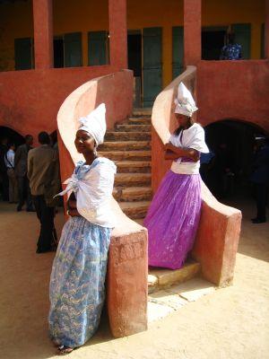 Kaksi hymyilevää tyttöä La Maison des Esclavesin portailla 5 maaliskuuta 2009