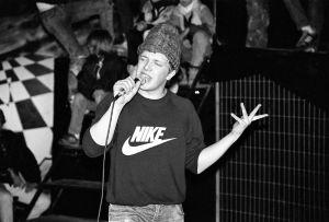 Damn The Bandin J.A.K. räppää Lepakossa vuonna 1989