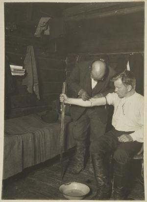 Pekka Raatikainen iskee suonta Ahti Rytköseltä (1927)