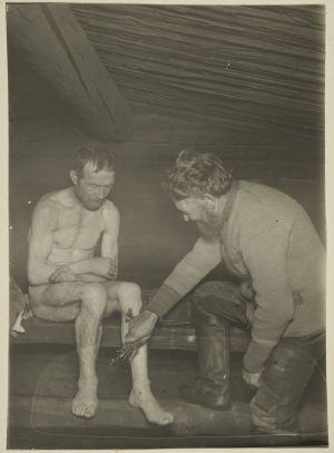 Rotikko-Pekka näyttää märäntäjän pesua Vatalan saunassa (1927)