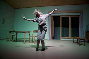 q-teatteri: Tavallisuuden aave. Roolissa Laura Birn.
