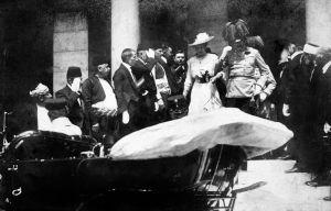 Franz Ferdinand och frun Sopie 5 minuter innan skotten i Sarajevo.
