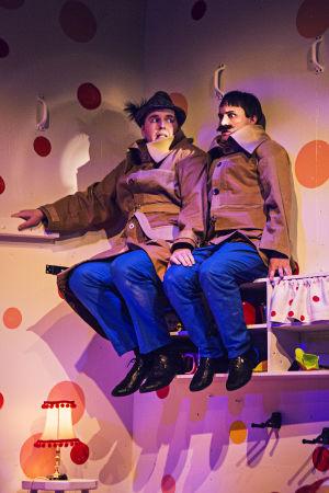 Dunder-Karlsson (Dennis Hansson) och Blom (Jakob Johansson) sitter uppe på en hylla efter att Pippi tagit ett nappatag med dem.