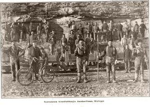 Suomalaissiirtolaiset joutuivat kielitaidottomina kovaan työhön. Suomalaisia kivenhakkaajia Jacobsvillessa, Michigan n. 1904