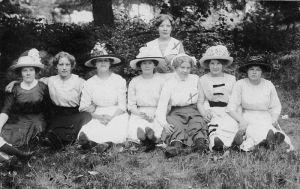 """Ameriikassa oli aikaa käydä """"piknikeillä"""". Kuvassa Ida Tissari ja Fanny West (merkitty rastein). Gardner, Massachusettes 1912."""