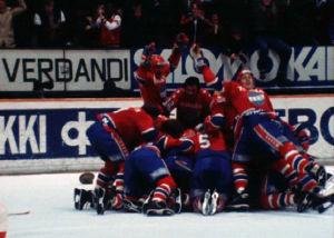 HIFK:n joukkue juhlii SM-kultaa 1980.
