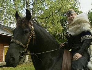 Sadetta Postareff liveroolipelaamista varten kouluttamansa hevosen selässä.