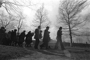 Lapuan patruunatehtaan räjähdysonnettomuuden uhrien hautajaiset 24.4.1976.