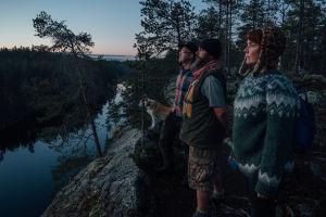 Antti, Reetta ja Miika rotkon reunalla.