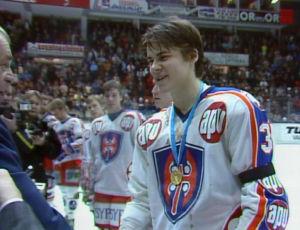 Vasta 17-vuotias puolustaja Teppo Numminen taas teki tällä kaudella debyyttinsä miesten SM-liigassa ja pääsi nostamaan mestaruusmaljaa heti ensimmäisellä yrityksellään.