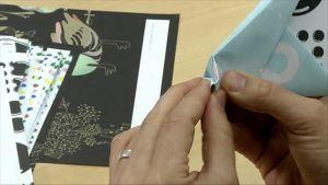 Kuvassa taitellaan paperilennokkia.