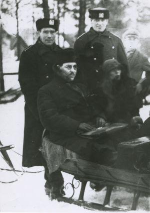 Eino R. Wartiovaara ja Maria Åkerblom poliisien kera