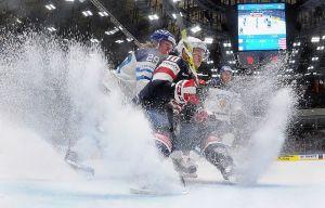Patrik Laine är med och sprutar upp is i matchen mot USA.