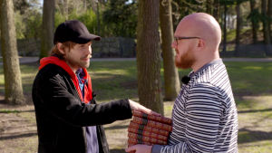 Näyttelijä Jussi Nikkilä pitää kättään Shakespearen koottujen päällä. Mukana toimittaja Tuomas Karemo.