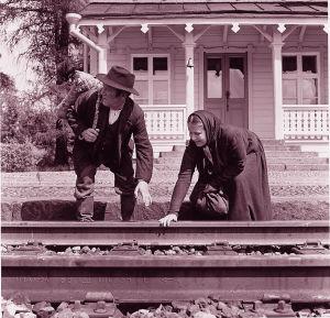 Matti ja Liisa (Leo Jokela ja Anja Pohjola) odottavat junan saapumista ja kokeilevat kiskoja.