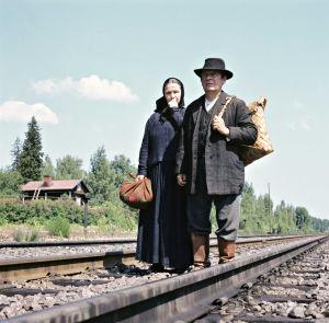 Leo Jokela ja Anja Pohjola tuijottavat kaukaisuuteen. Junaa ei näy.