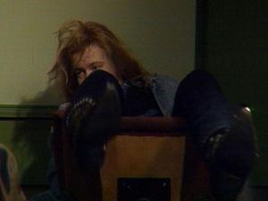 Timo Nikki kaatuu tuolilla.