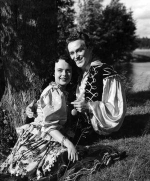 Näyttelijät Mirja Mane (roolinimi Manja, mustalaistyttö) ja Ekke Hämäläinen (roolinimi Martin von Tandenskiöld). (1953)