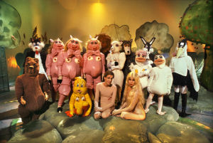 Paratiisin eläimiä ja pari ihmistäkin tv-elokuvassa Sweedenistä itään (1990).