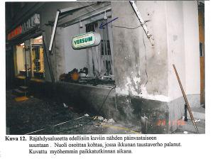 Mikael Nybergs totalförstörda kontor fotat utifrån. Väggen är svart och gardinerna i fönstret har brunnit.