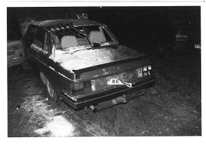 En bil som fått vindrutorna helt utblåsta av tryckvågen.