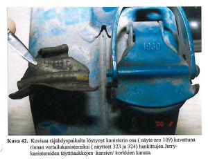 En bit av locket till en bensindunk, som jämförs med en annat lock till en bensindunk.