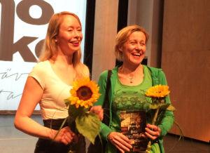 Kääntäjäkarhun voittaja Katriina Ranne ja Tanssiva karhu -runopalkinnon voittaja Anja Erämaja 2016 Kajaanissa