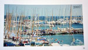 En hamn full med segelbåtar. I höger hörn står det 2007.