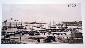 En bild från Östra hamnen i Hangö. Bilden är tagen från bryggorna och i bild syns bland annat magasinen.