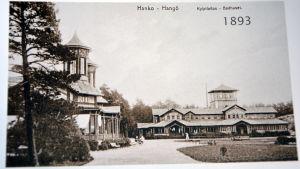 En gammal bild från Casinoparken i Hangö. Till höger syns badhuset.