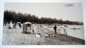 En bild på plagens strand i Hangö från 1890.
