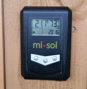 Lämpötilaa ja kosteutta mittaava mittari.