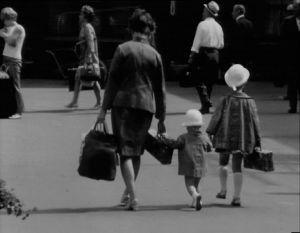 1960-luvulla oli yleistä, että perheen äiti hoiti lapsia kesäisin. Perheet lähtivät pitkiksi ajoiksi maalle ja aviomies jäi kaupunkiin töihin.