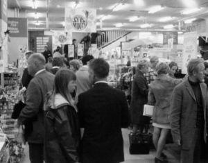 Ihmisiä ostoksilla Anttilan tavaratalossa Helsingin Tennispalatsissa 1970.