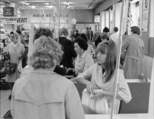 Ihmisiä kassoilla Anttilan tavaratalossa Helsingin Tennispalatsissa 1970.