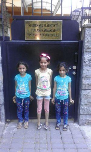 Mohammeds och Safaas flickor utanför den finländska ambassaden i Ankara.