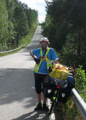 Matti Rämö pyörän vieressä tien päällä.