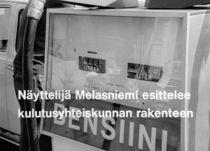 """""""Näyttelijä Melasniemi esittelee kulutusyhteiskunnan rakenteen"""", planssi elokuvassa Kesäkapina"""
