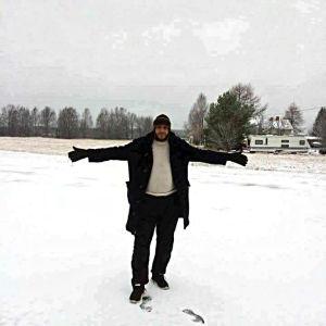 Mohammed Manteer i Finland i ett snöigt landskap.