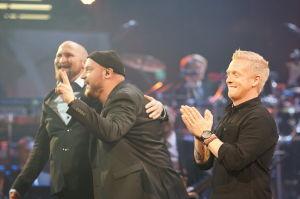 Paleface, Kasmir ja Redrama Yle 90 -juhlalähetyksessä Musiikkitalon lavalla