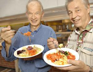 Jaakko Kolmonen ja Jaakko Kyläsalo sekä salaattilautaset Yleisradion Pasilan sosiaalitalossa (2005).