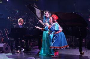 Iiro Rantala, Ulla Pirttijärvi ja Hilda Länsman esittivät Eallo Rávddas -kappaleen Yle 90 -juhlalähetyksessä