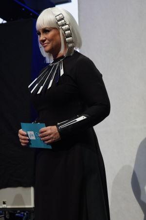 Maria Sid futuristisena juontajana